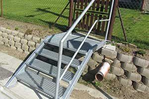 Kovové schody se zábradlím